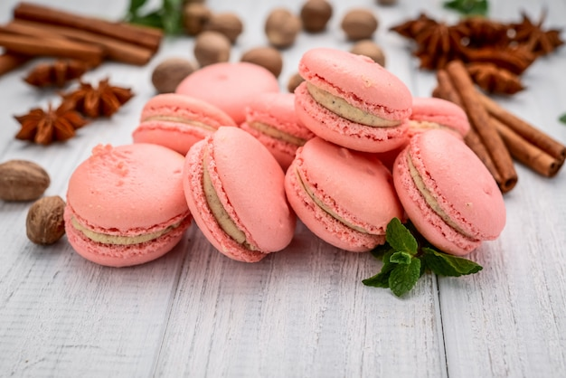 Macarons parisienses na mesa de madeira branca