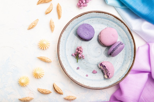 Macarons roxos ou bolos de macaroons com uma xícara de café