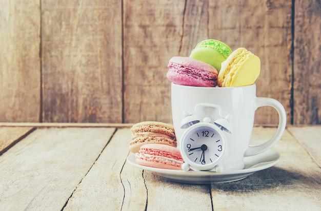 Macarons sortidos do bolo para um presente. foco seletivo.