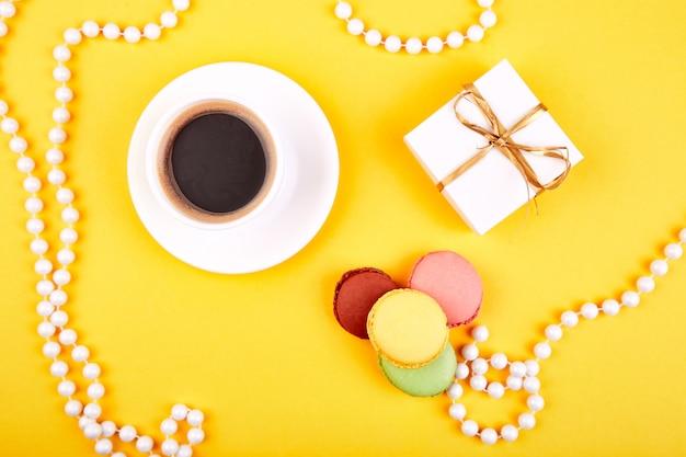Macaroon de sobremesa doce, café, presentes