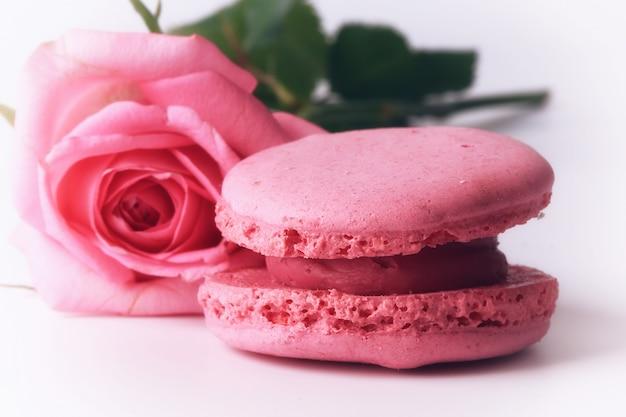 Macaroon feliz dia das mães uma rosa suave rosa isolado no fundo branco ternura de amor dia dos namorados