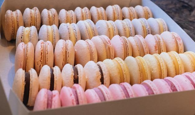 Macaroons coloridos. bolo doce de sobremesa para toda a família. conjunto com sabores diferentes