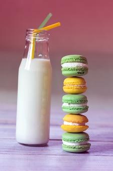 Macaroons coloridos com leite