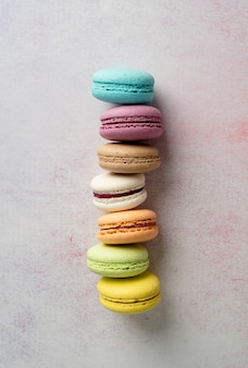 Macaroons coloridos de sobremesa francesa, conceito mínimo plano leigo