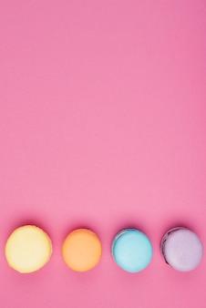 Macaroons coloridos organizados com cópia-espaço