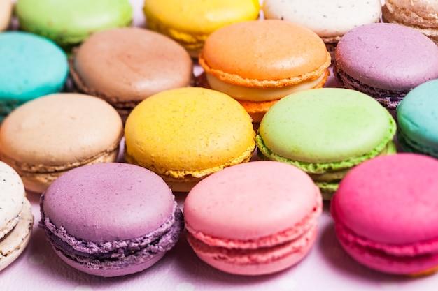 Macaroons coloridos - sobremesa francesa como pano de fundo