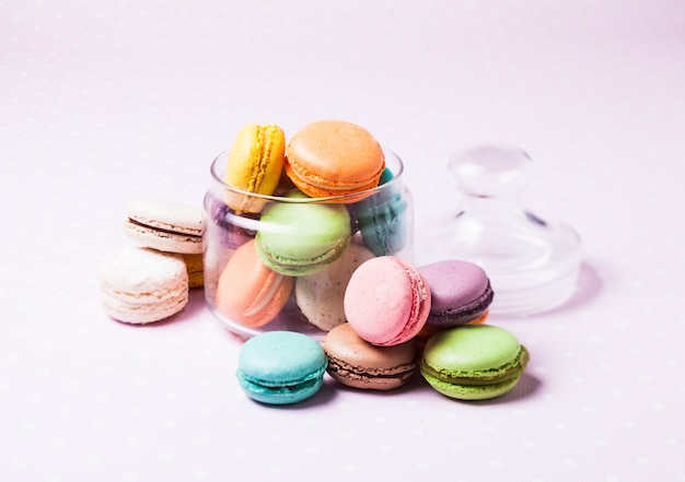 Macaroons coloridos - sobremesa francesa em uma jarra de vidro