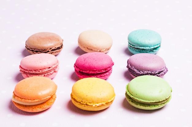 Macaroons coloridos - sobremesa francesa sobre guardanapo de bolinhas rosa