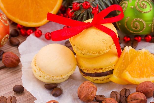Macaroons com laranja, árvore de natal e enfeites