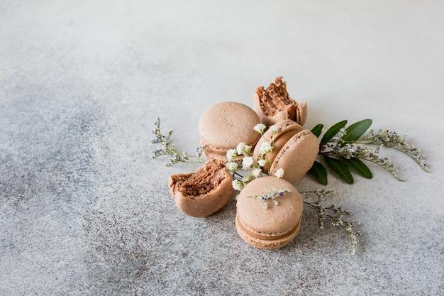 Macaroons com sabor de chocolate em um fundo liso