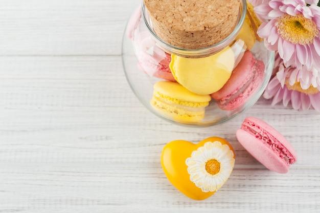 Macaroons de amarelos e rosa