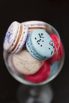 Macaroons de azuis e rosa em um copo.