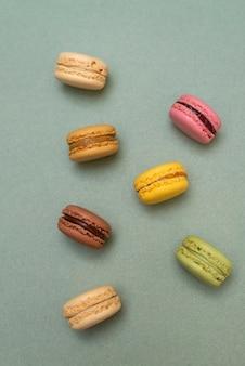 Macaroons de bolo ou macaroons em fundo verde de cima
