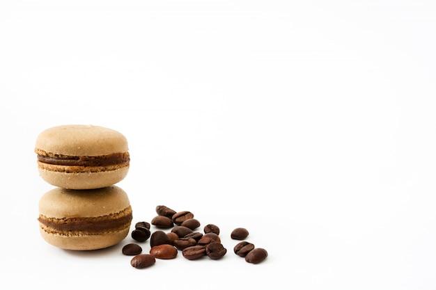 Macaroons de café isolados no fundo branco