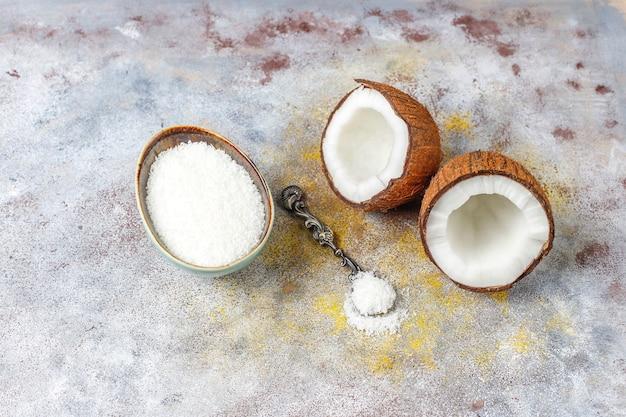 Macaroons de coco caseiro delicioso com coco fresco, vista superior