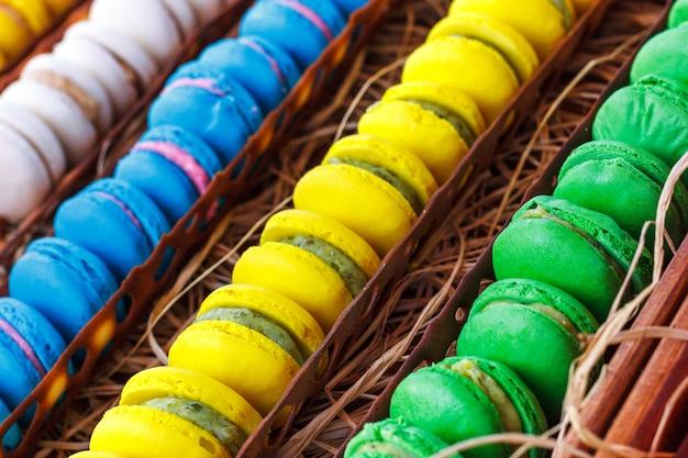Macaroons de colorido. doces tradicionais com pinças de prata