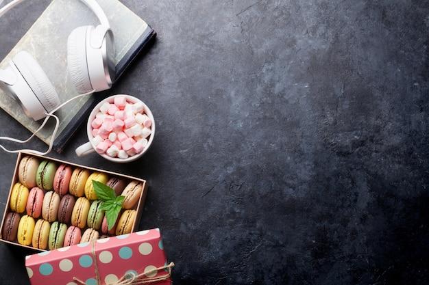 Macaroons de colorido em uma caixa e marshmallow