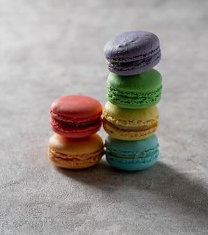 Macaroons de cores diferentes sobre uma superfície de mármore