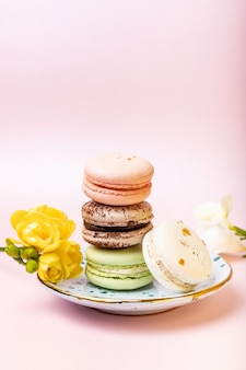 Macaroons de francês coloridos com frésia em rosa