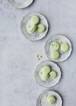 Macaroons de francês em cima de pratos redondos