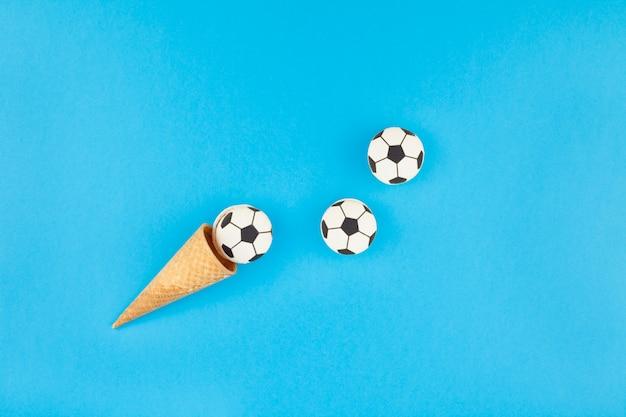 Macaroons de futebol em cones de waffle
