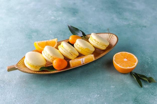 Macaroons de limão com frutas frescas.