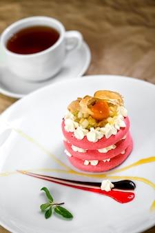 Macaroons de rosa com creme de frutas nele