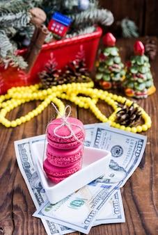 Macaroons de rosa e vinte euros com decorações de natal na woood
