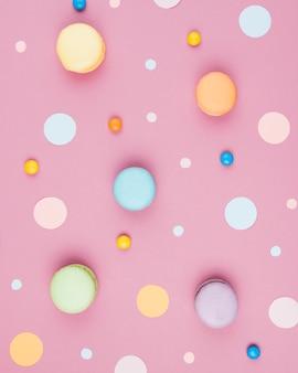 Macaroons de verticais coloridos com mistura de confetes