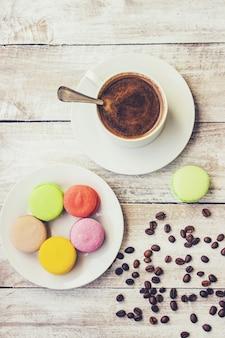 Macaroons e café. café da manhã. foco seletivo. comida.