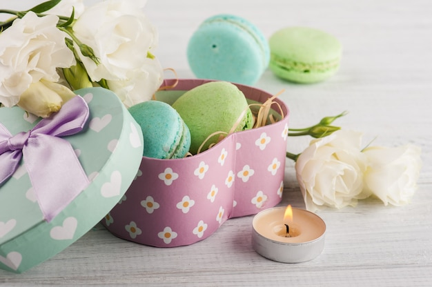 Macaroons e caixa de presente verde pastel