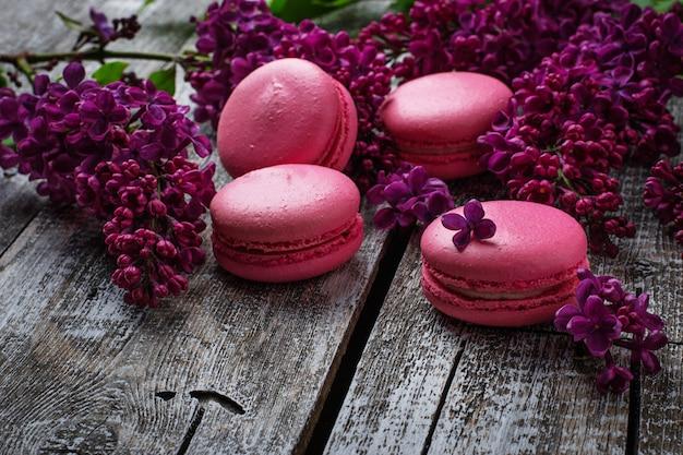 Macaroons e lilás cor-de-rosa. foco seletivo