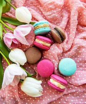 Macaroons e tulipas coloridas