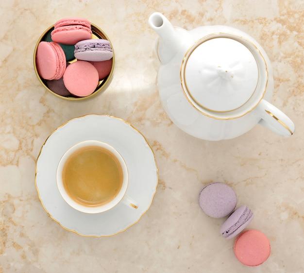Macaroons em mármore e café