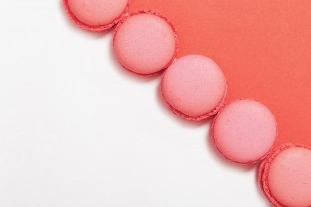 Macaroons em um fundo rosa e branco