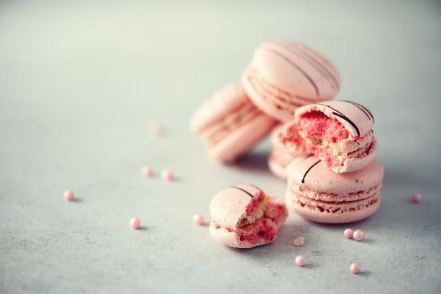 Macaroons franceses cor-de-rosa.