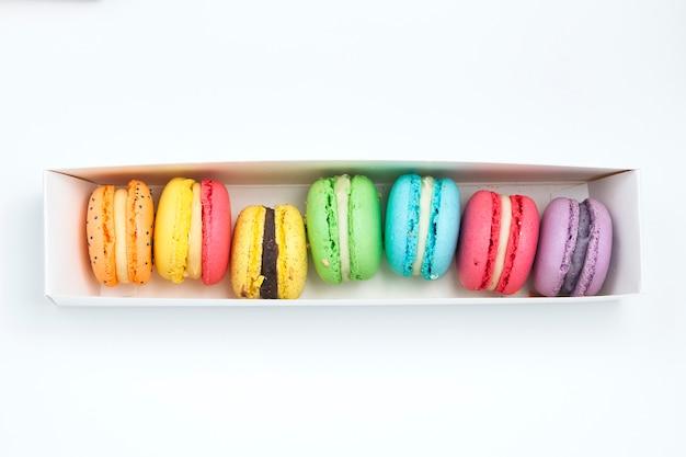 Macaroons franceses doces e coloridos em caixa branca