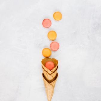 Macaroons perto de cones de waffle