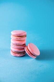 Macaroons rosa em um fundo azul