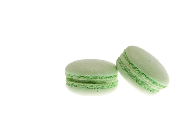 Macaroons verdes da frança isolados no fundo branco. sobremesa tradicional