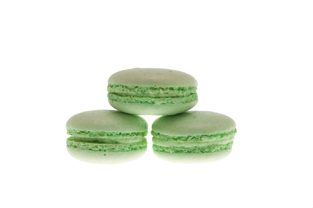 Macaroons verdes doces isolados sobre fundo branco. macaroon saboroso