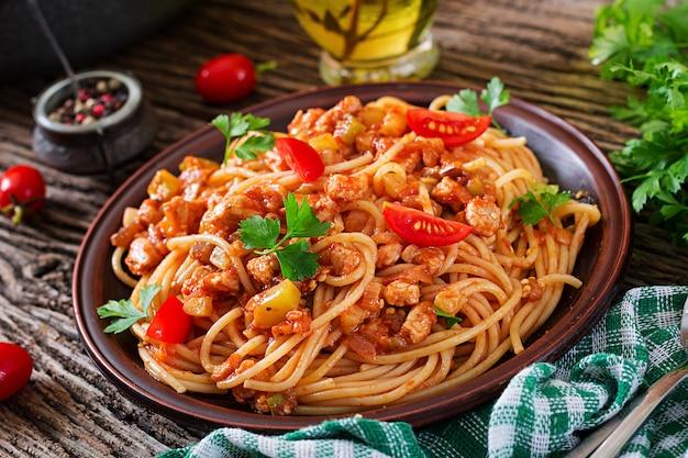 Macarrão à bolonhesa espaguete com molho de tomate, legumes e carne picada