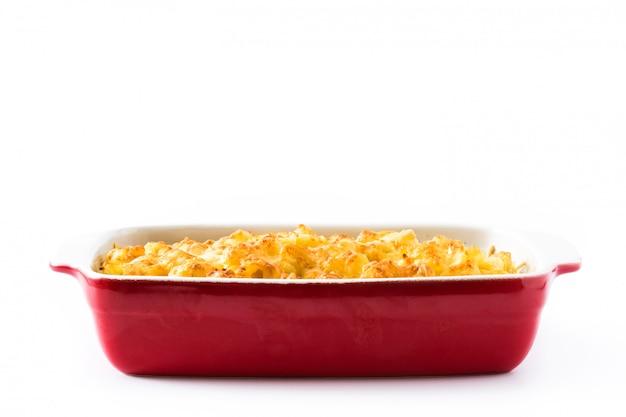 Macarrão americano com queijo isolado no branco