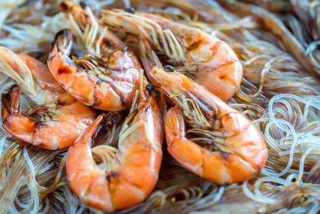 Macarrão asiático com camarão