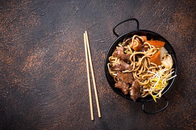 Macarrão asiático com carne e legumes