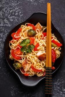 Macarrão asiático com legumes e frango.