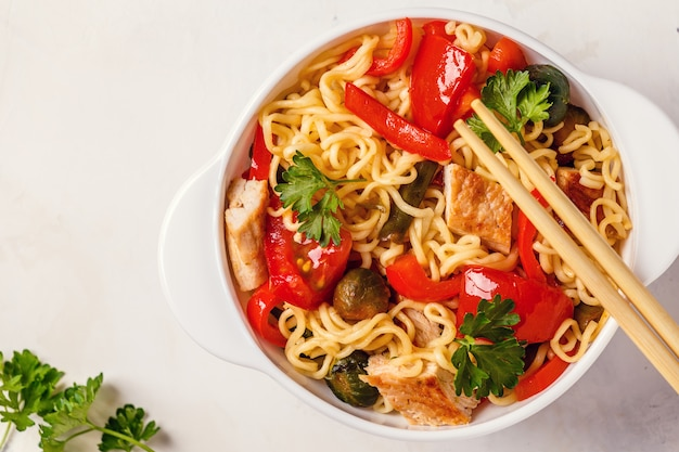 Macarrão asiático com legumes e frango