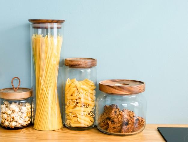 Macarrão, biscoito e massa estão guardados no pote