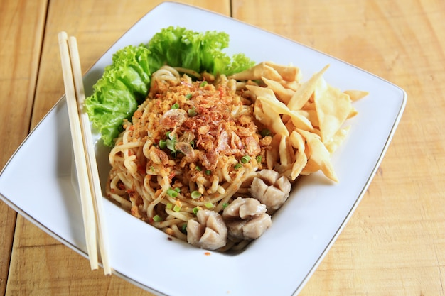 Macarrão bolinho de massa comida típica da indonésia