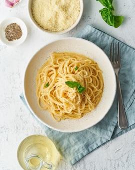 Macarrão cacio e pepe. espaguete com queijo parmesão e pimenta.